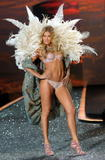 th_93115_Doutzen_Kroes_Victorias_Secret_Fashion_Show_in_NY_Catwalk_November_19_2009_10_122_128lo.jpg