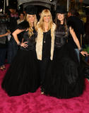 http://img183.imagevenue.com/loc555/th_59162_Sarah_Michelle_Gellar-Opening_party_for_Juicy_Couture42s_5th_Avenue_flagship_store-01_122_555lo.jpg